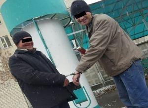 «Сладкая парочка» в наручниках на улице ошарашила жителей  Ставрополя