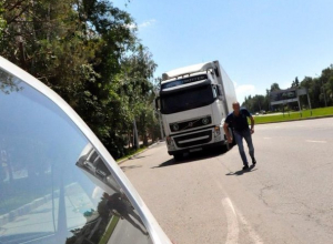 Разъяренный дальнобойщик избил водителя «легковушки» и испортил его авто в Ставрополе