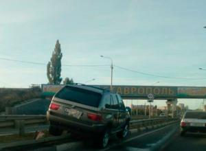 Внедорожник BMW при выезде из города налетел на ограждение в Ставрополе