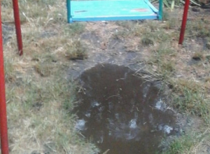 Детскую площадку полностью затопило после ливня в Ставрополе