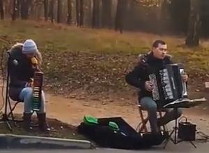 Известную тему из легендарной GTA исполнили уличные музыканты в Национальном парке Кисловодска