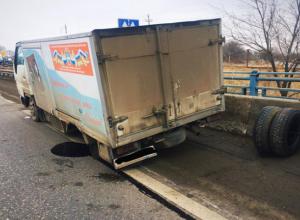 Грузовик развалился по частям во время движения по трассе Невинномысска