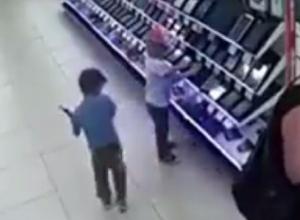 Попавший на видео вопиющий поступок маленьких детей в магазине бытовой техники вызвал бурные обсуждения среди жителей Ставрополя