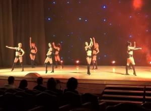 Солисты шоу-балета «Тодес» обучили ставропольца соблазнительному танцу