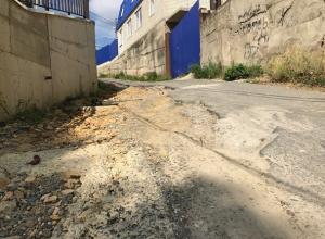 Жизнь жителей трех улиц оказалась в опасности из-за разрушенной строителями дороги в Ставрополе