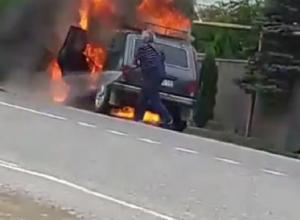 Смелый мужчина не побоялся в одиночку тушить охваченную пламенем «Ниву» на Ставрополье