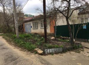 Блеск и нищета: жители улицы Сочинской коллекционируют пакеты с мусором около домов