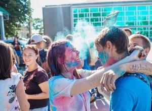 В разные цвета с ног до головы раскрасят десятки людей на Ставрополье