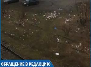 Заваленная мусором территория близ железной дороги возмутила жительницу Ставрополя