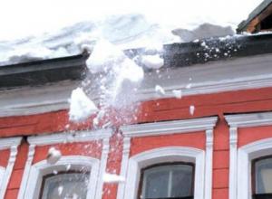 Пострадавшая от глыбы снега девушка попросила постелить антискользящие дорожки в Ставрополе