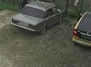 Неудачные попытки угонщика разбить стекло ВАЗа в Невинномысске попали на видео