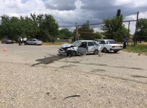Молодой водитель «четырнадцатой» вылетел из авто после столкновения с «Грантой» на Ставрополье
