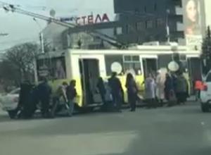 Пассажирам пришлось толкать остановившийся на дороге троллейбус в Ставрополе