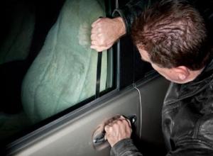 Мужчина таскал ценности из машин в гаражном кооперативе в Ессентуках