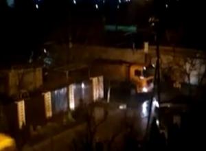 Укладка  асфальта ночью в снегопад попала на видео в Ставрополе