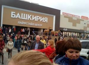 Массовая эвакуация жителей из городских зданий происходит в Ставрополе, Омске, Рязани  и Уфе