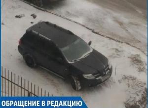 Автохам на внедорожнике регулярно «паркуется» на засеянном палисаднике в Ставрополе