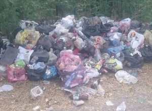 В омерзительную помойку с огромными кучами мусора  превратили популярный пляж Новотроицкого водохранилища