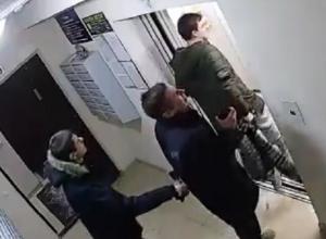 Два гопника разбили лифт и пытались подраться со сделавшим им замечание парнем на Ставрополье