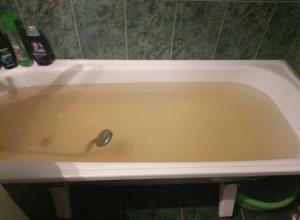 Неприятно пахнущая вода грязно-желтого цвета бежит из кранов ставропольцев