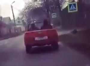 Поездка красного кабриолета с советскими номерами попала на видео в Пятигорске