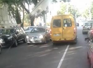 Наглый маршрутчик объехал «пробку» перед светофором через «сплошную» в Ставрополе и попал на видео