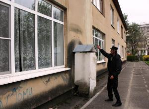 Напавшие на детсад вандалы разбили окна булыжниками в Ессентуках