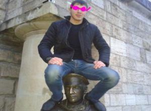 Забравшегося на памятник Остапу Бендеру в Пятигорске наглого туриста высмеяли ставропольцы