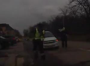 Два гаишника толкнули заглохшую «Гранту» и попали на видео на Ставрополье