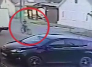 Обливший двух девочек кислотой велосипедист в Буденновске попал на видео