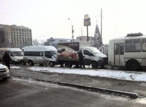 «Автобусная многоножка» из трех маршруток и ПАЗика образовала пробку в Ставрополе