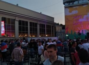 Тысячи ставропольцев собрались на площади в надежде на победу сборной России