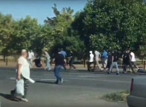 Массовая драка на проезжей части в Буденновске попала на видео