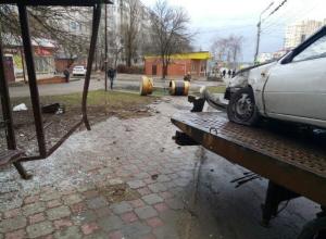 Влетевший в остановку водитель иномарки снес электронное табло в юго-западном районе Ставрополя