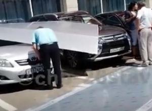 На автомобили под Домом культуры свалилась крыша в Ставрополе