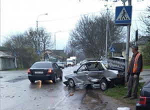 Две отечественные «легковушки» жестко встретились на перекрестке в Ставрополе