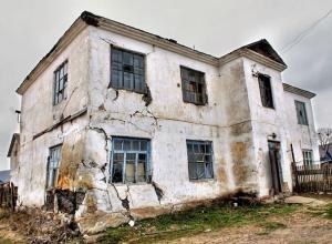 В бракованные дома из аварийного жилья решил переселить жителей глава администрации Грачевского района