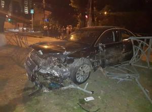 «Ауди-8» врезалась в «Мазду» и снесла ограду в центре Ставрополя - три человека пострадали