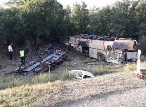Два человека погибли и 15 пострадали в страшном столкновении ВАЗ-2110 и пассажирского автобуса на Ставрополье