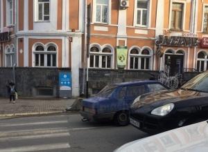 ВАЗ-2199 шокировал водителей ездой по «встречке» в центре Ставрополя