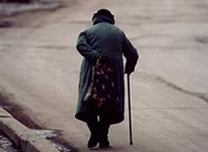 Агрессивная бабушка-попрошайка угрожает автомобилям жителей  Ставрополя