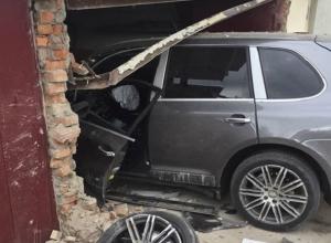 «Лётчик» на элитной иномарке «приземлился» в ворота чужого гаража на Ставрополье