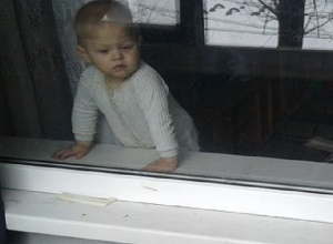 2-летний ребенок запер мать на балконе 3-его этажа в Ставрополе