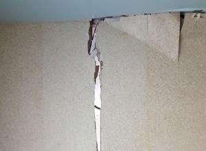 На строителей покрывшегося трещинами дома для переселенцев из аварийного жилья в Минеральных Водах завели уголовное дело