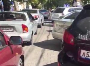 Десятки водителей попали в пробку на платной парковке возле ЦУМа из-за неисправного паркомата в Ставрополе