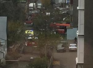На пути спешащих к пылающей квартире реанимобиля и пожарных стали припаркованные во дворе автомобили