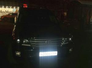 Паркуюсь как хочу: автохам на внедорожнике «залез» на остановку в Ставрополе