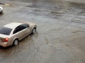 Потоп после кратковременного дождя возмутил жительницу Пятигорска