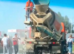 Водитель бетономешалки помог потушить легковушку после жёсткого ДТП в Ставрополе