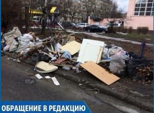 Целые «баррикады» из мусора ограждают детскую площадку от внешнего мира в Ставрополе
